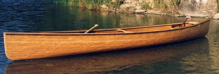 Edificio de canoa con tiras de cedro