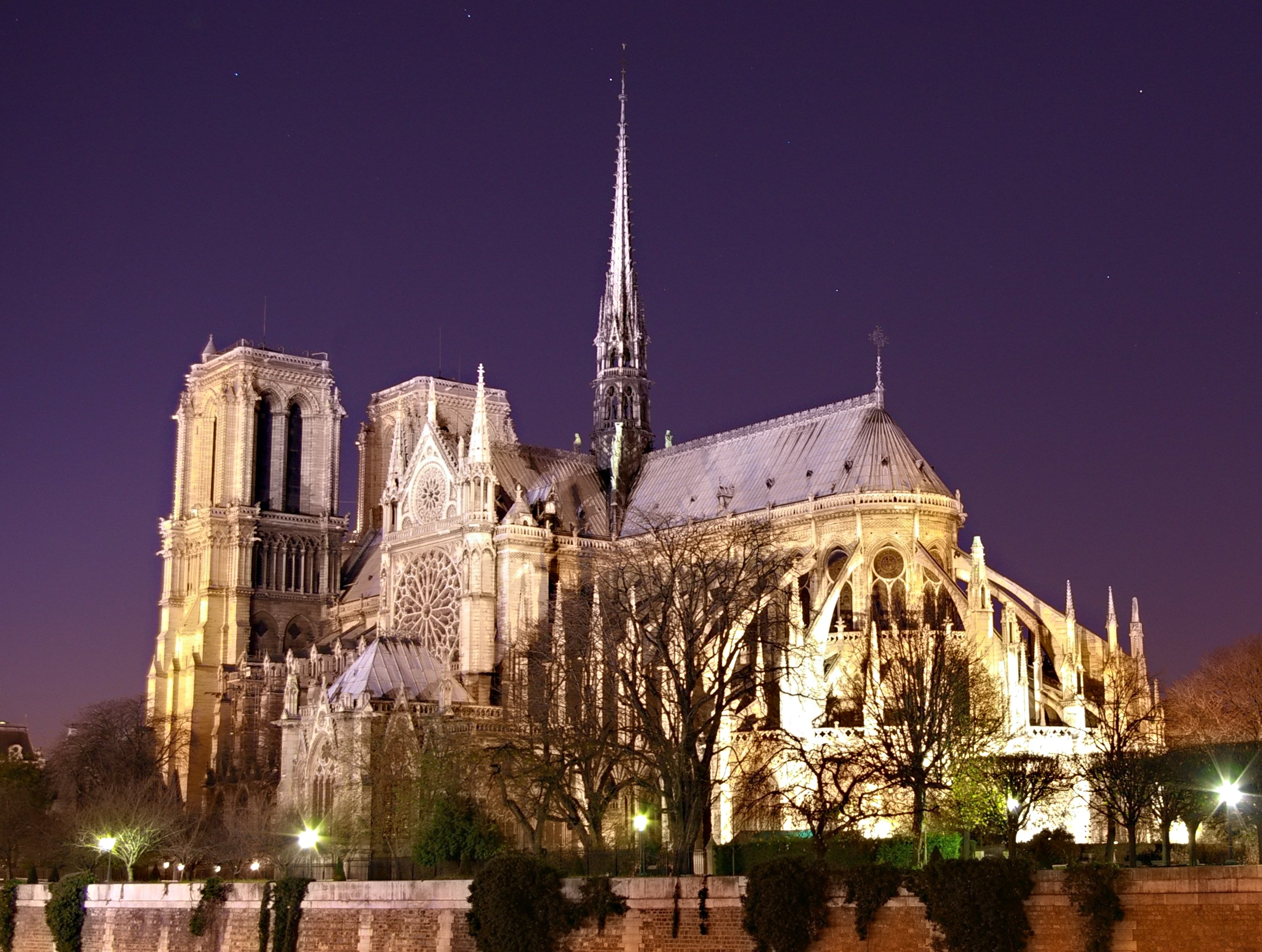 Notre Dame de Paris by night time.jpg